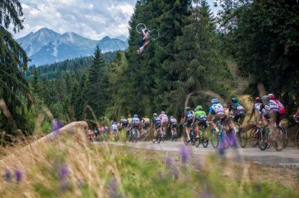 Szymon Godziek nad peletonem Tour de Pologne – Zakopane 2017